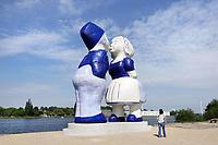 Nederland  Amsterdam - mei 2018. Westelijk Havengebied.  Kissing Couple XXXL van de kunstenaar Saske van der Eerden bij de Hembrugpont.   Foto: Berlinda van Dam / Hollandse Hoogte