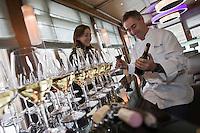 Europe/France/Rhone-Alpes/74/Haute-Savoie/ Chamonix: Dégustation Sélection de vins de Savoie au bar du Restaurant  Albert 1er avec Pierre Carrier et sa fille Perrine