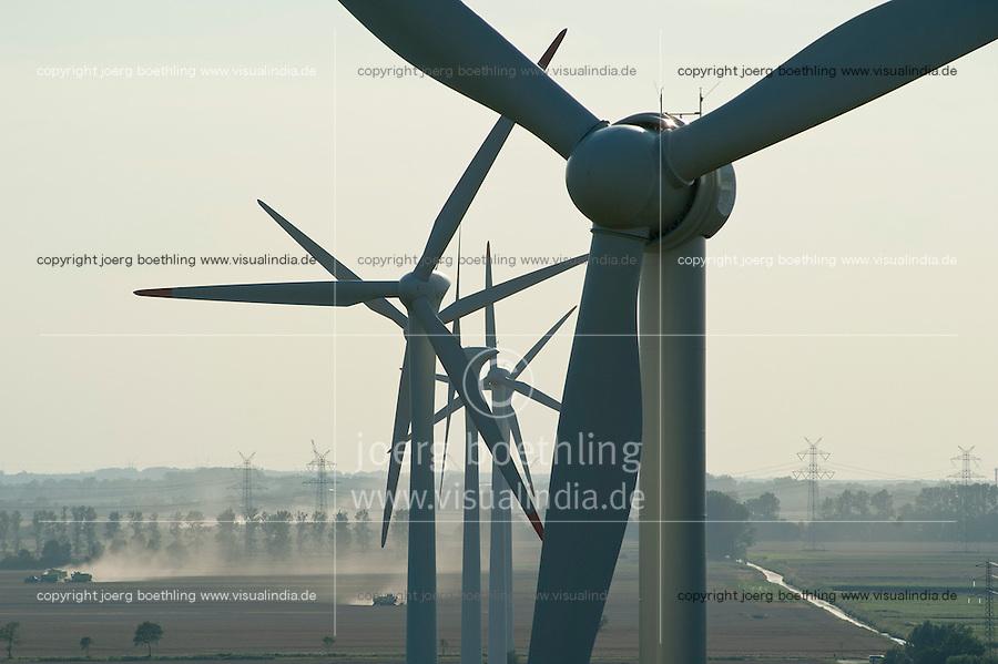 Deutschland, Getreideernte und Windpark mit Vensys Windkraftanlage in Steinburg bei Glueckstadt | GERMANY grain harvest and windfarm with Vensys wind turbine infront