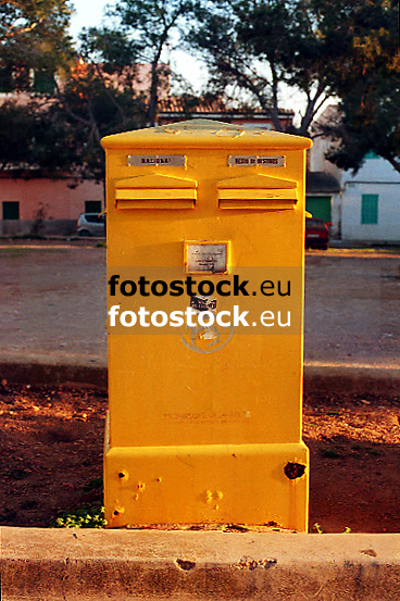 yellow postbox<br /> <br /> buzón amarillo<br /> <br /> gelber Briefkasten<br /> <br /> Orginal: 35 mm