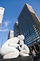 Amérique/Amérique du Nord/Canada/Québec/Montréal: Cette sculpture: La Tendresse  de Paul Lancz, se trouve en dehors Appartements Cartier  au coin de la rue Sherbrooke et la rue Peel.