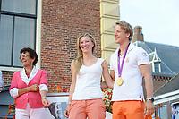 TURNEN: LEMMER: centrum Lemmer, 17-08-2012, Huldiging Olympisch kampioen, moeder Sophie Zonderland, vriendin Linda Steen, Epke Zonderland met z'n gouden medaille, ©foto Martin de Jong