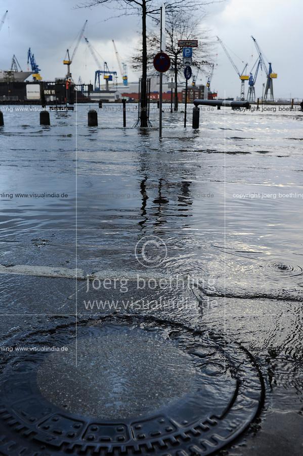 GERMANY Hamburg, storm Xaver, flood at river Elbe, fish market / DEUTSCHLAND Hamburg, Xaver Sturmflut 6.12.2013, Elbe am Fischmarkt