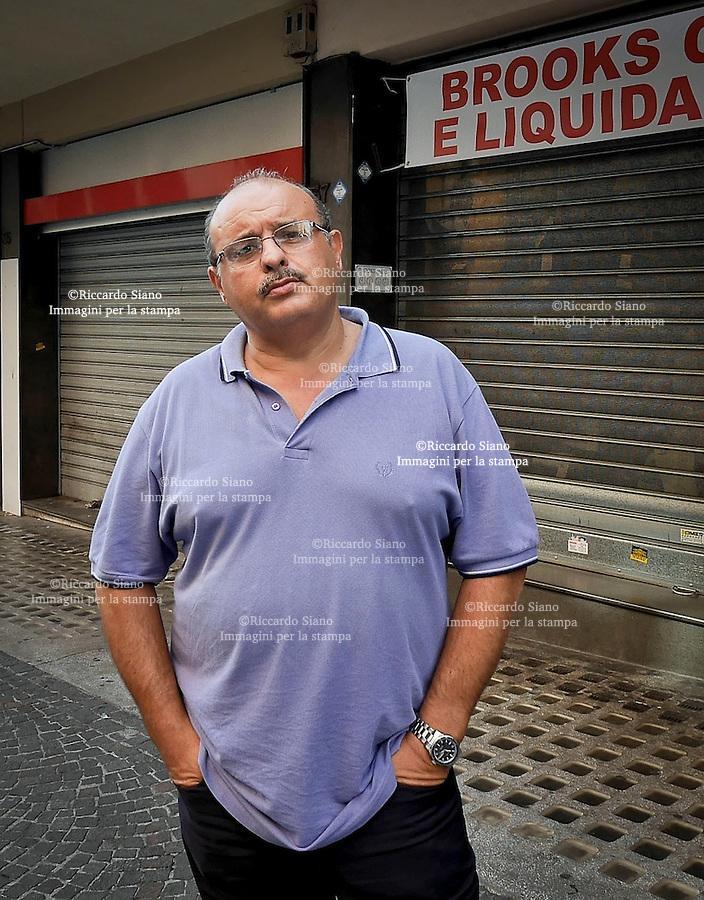 - NAPOLI 9 SET 2014  -   negozi chiusi per caro affitti. nella foto  Enzo Perrotta, presidente del centro commerciale Vomero-Arenella in via Kerbaker
