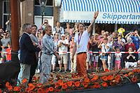 TURNEN: LEMMER: centrum Lemmer, 17-08-2012, Huldiging Olympisch kampioen, rondvaart op Lemster Aak (LE50), Burgemeester Dick Stellingwerf (Lemsterland), broer Herre Zonderland, vader Huite Zonderland, Epke Zonderland met z'n gouden medaille, ©foto Martin de Jong