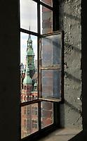 Hafenrathaus: EUROPA, DEUTSCHLAND, HAMBURG, (EUROPE, GERMANY), 25.02.2011:Hamburg, Speicherstadt,  Hafen, Hafenrathaus, Sitz der HHLA, Uhr, Turm, Kuper, Dach, dahinter die Katharinen Kirche, Fenster, Blick, alt, morbide, .c o p y r i g h t : A U F W I N D - L U F T B I L D E R . de.G e r t r u d - B a e u m e r - S t i e g 1 0 2, .2 1 0 3 5 H a m b u r g , G e r m a n y.P h o n e + 4 9 (0) 1 7 1 - 6 8 6 6 0 6 9 .E m a i l H w e i 1 @ a o l . c o m.w w w . a u f w i n d - l u f t b i l d e r . d e.K o n t o : P o s t b a n k H a m b u r g .B l z : 2 0 0 1 0 0 2 0 .K o n t o : 5 8 3 6 5 7 2 0 9.V e r o e f f e n t l i c h u n g  n u r  m i t  H o n o r a r  n a c h M F M, N a m e n s n e n n u n g  u n d B e l e g e x e m p l a r !.