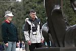 Foto: VidiPhoto<br /> <br /> COLLEVILLE SUR MER – Bezoekers van de beroemde Amerikaanse militaire begraafplaats Normandy American Cemetery & Memorial mogen zich tot 6 juni niet meer tussen de graven begeven. Het terrein is afgezet met linten en tientallen bewakers zorgen voor handhaving van het verbod. Reden is het bezoek van de honderden staatshoofden en regeringsleiders bij de herdenkingen van en rond 6 juni, onder wie Amerikaanse president Donald Trump. De grasmat moet er dan perfect bij liggen. Op het ereveld liggen bijna 9400 US-militairen begraven die tijdens en na de invasie van Frankrijk op 6 juni 1944 gesneuveld zijn. Dit jaar is dat 75 jaar geleden. Er worden op de begraafplaats dit jaar zo'n 1,5 miljoen bezoekers verwacht. Ook het herinneringscentrum is tot 6 juni gesloten. Foto: Amerikaanse burgers houden een minuut stilte bij het herdenkingsmonument op de begraafplaats.