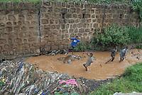 ethiopia, addis abeba, bambini giocano in una fogna all'aperto del quartiere Mercato..Mercato' area, chidren playing in sewer river