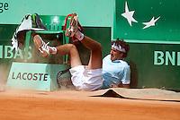 24-05-11, Tennis, France, Paris, Roland Garros, Robin Haase knalt tegen het gravel maar weet zich wel staande te houden izijn partij en gaat naar de tweede ronde