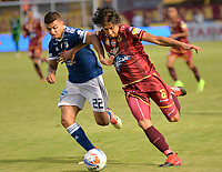 IBAGUE - COLOMBIA, 21-04-2018: Rafael Robayo (Der.) jugador de Deportes Tolima disputa el balón con Jhon Duque (Izq.) jugador de Millonarios, durante partido entre Deportes Tolima y Millonarios, de la fecha 17 por la Liga Aguila I 2018, jugado en el estadio Manuel Murillo Toro de la ciudad de Ibague. / Rafael Robayo (R) player of  Deportes Tolima vies for the ball with Jhon Duque (L) player of Millonarios, during a match between Deportes Tolima and Millonarios of the 17th date for the Aguila League I 2018,  played at Manuel Murillo Toro stadium in Ibague city. Photo: VizzorImage / Juan Carlos Escobar / Cont.