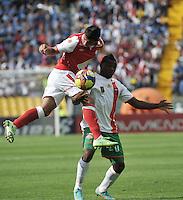 BOGOTA - COLOMBIA-27-04-2013: Juan Roa (Izq.) jugador del Independiente Santa Fe disputa el balón con Carlos Preciado (Der.) de Envigado F.C., durante partido en el estadio Nemesio Camacho El Campin de la ciudad de Bogota, abril 27 de 2013. Independiente Santa Fe y Envigado F.C. durante partido por la decimotercera fecha de la Liga Postobon I. (Foto: VizzorImage / Luis Ramirez / Staff).  Juan Roa (L) player of Independiente Santa Fe fights for the ball with Carlos Preciado (R) of Envigado F.C. during game in the Nemesio Camacho El Campin stadium in Bogota City, April 27, 2013. Independiente Santa Fe and Envigado F.C. in a match for the thirteenth round of the Postobon League I. (Photo: VizzorImage / Luis Ramirez / Staff).