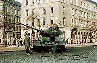 UNGARN, 10.1956.Budapest, VIII. Bezirk.Ungarn-Aufstand / Hungarian uprising 23.10.-04.11.1956:.Verlassener sowjetischer T-34-Panzer an der Kreuzung József krt./ Baross utca nach dem Waffenstillstand vom 28.10.56..Soviet T-34 tank at the crossing Jozsef ringroad/ Baross street after the ceasefire of oct. 28..© Jenö Kiss/EST&OST