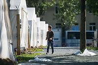Bundesamt fuer Migration und Fluechtlinge, Landesdirektion Sachsen in Chemnitz - sog. Erstaufnahmelager.<br /> 1.9.2015, Chemnitz/Sachsen<br /> Copyright: Christian-Ditsch.de<br /> [Inhaltsveraendernde Manipulation des Fotos nur nach ausdruecklicher Genehmigung des Fotografen. Vereinbarungen ueber Abtretung von Persoenlichkeitsrechten/Model Release der abgebildeten Person/Personen liegen nicht vor. NO MODEL RELEASE! Nur fuer Redaktionelle Zwecke. Don't publish without copyright Christian-Ditsch.de, Veroeffentlichung nur mit Fotografennennung, sowie gegen Honorar, MwSt. und Beleg. Konto: I N G - D i B a, IBAN DE58500105175400192269, BIC INGDDEFFXXX, Kontakt: post@christian-ditsch.de<br /> Bei der Bearbeitung der Dateiinformationen darf die Urheberkennzeichnung in den EXIF- und  IPTC-Daten nicht entfernt werden, diese sind in digitalen Medien nach §95c UrhG rechtlich geschuetzt. Der Urhebervermerk wird gemaess §13 UrhG verlangt.]