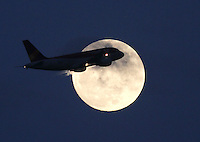 BOGOTA -COLOMBIA- 16-11-2013. Un avion comercial pasa frente a la luna / A commercial plane passes in front of the moon. Photos: VizzorImage / Felipe Caicedol / Staff