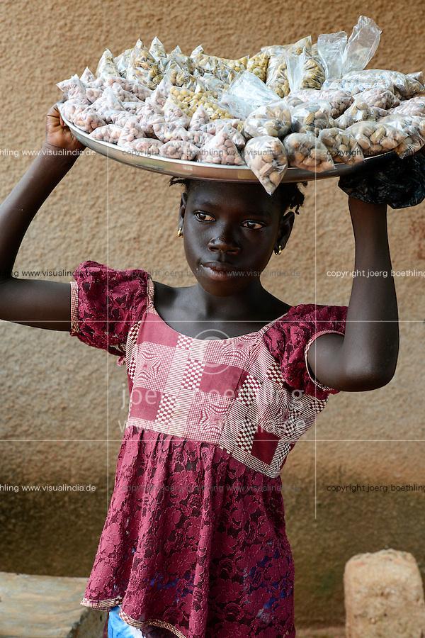 BURKINA FASO, Bobo Dioulasso, child labour, girl sell nuts / Kinderarbeit, Maedchen verkauft Erdnuesse