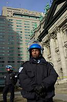 Photo d'archive de la police de Montreal -<br /> perimetre lors d'une manifestation.<br /> a l'exterieur de l'hotel Sheraton durant la Conference de Montreal 2001<br /> <br /> PHOTO :  AGENCE QUEBEC PRESSE