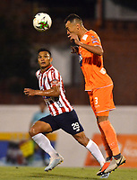 ENVIGADO - COLOMBIA, 21-08-2019: Francisco Báez de Envigado F. C. y Teófilo Gutíerrez de Atlético Junior disputan el balón durante partido entre Envigado F. C. y Atlético Junior de la fecha 8 por la Liga Águila II 2019, en el estadio Polideportivo Sur de la ciudad de Envigado. / Francisco Baez of Envigado F. C. and Teofilo Gutierrez of Atletico Junior fight for the ball, during a match between Envigado F. C. and Atletico Junior of the 8th date for the Aguila Leguaje II 2019 at the Polideportivo Sur stadium in Envigado city. Photo: VizzorImage / León Monsalve / Cont.