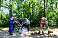 GERMANY, Dessau, forestry, women working in forest / DEUTSCHLAND, Dessau Woerlitz, Frauen Arbeitsbrigade bei Waldarbeiten