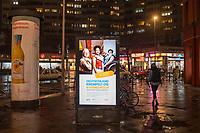 Werbung des Bundesgesundheitsministerium fuer Gesundheit, des Robert Koch-Institut und der Bundeszentrale fuer gesundheitliche Aufklaerung fuer die Corona-Schutzimpfung auf einer digitalen Werbetafel in Berlin-Kreuzberg.<br /> 19.1.2021, Berlin<br /> Copyright: Christian-Ditsch.de