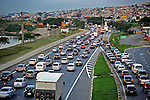 Transito congestionado na Rodovia Ayrton Senna. Sao Paulo. 2013. Foto de Joao Machado.