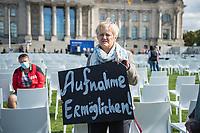 """Aktion und Installation """"Lager evakuieren, der Platz ist da!"""" des Buendnis #Seebruecke im Rahmen der Aktionstage von """"We'll come united"""" am Montag den 7. September 2020 aus dem Platz der Republik vor dem Deutschen Bundestag.<br /> Das Buendnis stellte 10.000 schwarze und 3.000 weisse Stuehle als Symbol fuer die Menschen, welche momentan im hoffnunslos ueberfuellten Fluechtlingslager Moria (Griechenland) leben muessen auf. Die 3.000 weissen Stuehle symbolisieren die Anzahl Menschen, welche offiziell in dem Fluechtlingslager leben sollten. <br /> Im Bild: Reante Kuenast, MdB von Buendnis 90/Die Gruenen.<br /> 7.9.2020, Berlin<br /> Copyright: Christian-Ditsch.de<br /> NUR FUER REDAKTIONELLE ZWECKE! Werbung nur auf Anfrage beim Fotografen. [Inhaltsveraendernde Manipulation des Fotos nur nach ausdruecklicher Genehmigung des Fotografen. Vereinbarungen ueber Abtretung von Persoenlichkeitsrechten/Model Release der abgebildeten Person/Personen liegen nicht vor. NO MODEL RELEASE! Don't publish without copyright Christian-Ditsch.de, Veroeffentlichung nur mit Fotografennennung, sowie gegen Honorar, MwSt. und Beleg. Konto: I N G - D i B a, IBAN DE58500105175400192269, BIC INGDDEFFXXX, Kontakt: post@christian-ditsch.de<br /> Bei der Bearbeitung der Dateiinformationen darf die Urheberkennzeichnung in den EXIF- und  IPTC-Daten nicht entfernt werden, diese sind in digitalen Medien nach §95c UrhG rechtlich geschuetzt. Der Urhebervermerk wird gemaess §13 UrhG verlangt.]"""