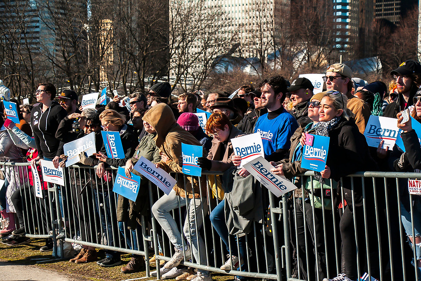 Images of the large crowd attending a Bernie Sanders event in Chicago.