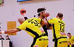 Deutschland - Sport<br /> Handball - Aufstiegsrunde zur 2. Bundesliga<br /> TuS Dansenberg (dan) - HSG Krefeld Niederrhein (kref) 24:21<br /> Niklas SCHWENZER (TuS Dansenberg), mi, Domagoj Srsen (ref), li - Maik SCHNEIDER (Krefeld), re<br /> <br /> Foto © PIX-Sportfotos *** Foto ist honorarpflichtig! *** Auf Anfrage in hoeherer Qualitaet/Aufloesung. Belegexemplar erbeten. Veroeffentlichung ausschliesslich fuer journalistisch-publizistische Zwecke. For editorial use only.