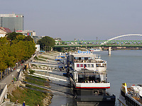 Linkes Donauufer mit Hotel + Restaurant-Schiff Gracioa, Bratislava, Bratislavsky kraj, Slowakei, EuropaHotel + Restaurant-ship Gracioa, left bank Danube river, Bratislava, Bratislavsky kraj, Slovakia, Europe