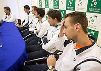 02-03-11Tennis, Oekraine, Charkov, Daviscup, Oekraine - Netherlands, Het nieuwe teamlid Thomas Schoorel luistert aandachtig tijdens de persconferentie
