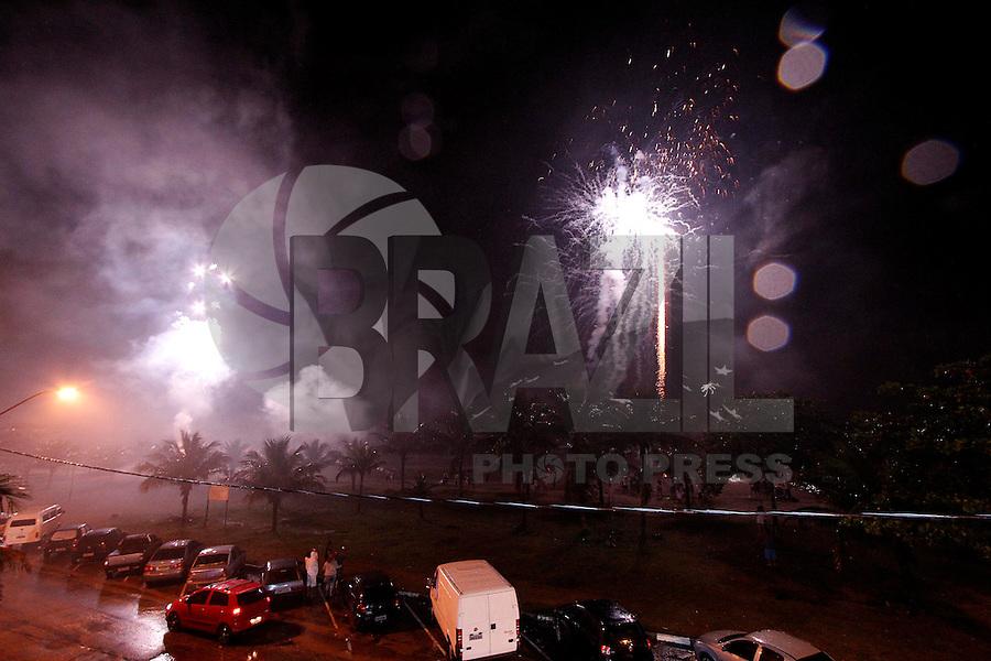 BERTIOGA,SP,31 DE DEZEMBRO DE 2011 - REVEILLON BERTIOGA - Fogos de artificios enfeitam o ceu na praia de Bertioga  nos primeiros minutos de 2012. FOTO:WARLEY LEITE-NEWS FREE