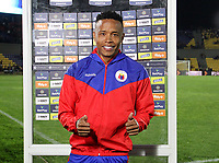 PASTO-COLOMBIA, 07-02-2020: Jhon Pajoy de Deportivo Pasto recibe la distinción como mejor jugador después del partido de la fecha 4 entre Deportivo Pasto y Atlético Bucaramanga por la Liga BetPlay DIMAYOR I 2020 jugado en el estadio Departamental Libertad de la ciudad de Pasto. / Jhon Pajoy of Deportivo Pasto receive the distinction as best player after the match of the 4th date between Deportivo Pasto and Atletico Bucaramanga for the BetPlay DIMAYOR I Leguaje 2020 played at the Departamental Libertad Stadium in Pasto city. / Photo: VizzorImage / Leonardo Castro / Cont.