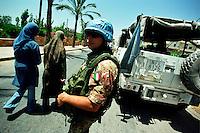 AL BAZURYAH / SUD LIBANO - 2007.PATTUGLIA CONTINGENTE ITALIANO UNIFIL.FOTO LIVIO SENIGALLIESI..AL BAZURYAH / SOUTH LEBANON - 2007.ITALIAN SOLDIER OF UNIFIL CONTINGENT PATROLLING THE STREET IN A VILLAGE OF SOUTH LEBANON..PHOTO LIVIO SENIGALLIESI..