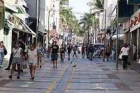 Campinas (SP), 22/06/2020 - Comércio - Movimentação no comércio da Rua 13 de Maio. Lojas de rua e shoppings estão proibidos de abrirem nesta semana na cidade de Campinas, interior de São Paulo, após o recuo da Prefeitura devido ao aumento de casos do novo coronavirus na cidade. Números da doença divulgados nesta segunda-feira (22) informaram que Campinas soma 213 mortes pela doença com 5.751 casos confirmados da doença.<br /> No corredor da 13 algumas lojas estavam funcionado com meia porta para a entrega de produtos e também para o pagamento de contas, mas também havia pessoas passeando no local. Com o novo fechamento, o funcionamento de lojas abertas é permitido apenas para comércio classificado como essencial, como é o caso de supermercados e óticas, que continuam com permissão para a abertura.