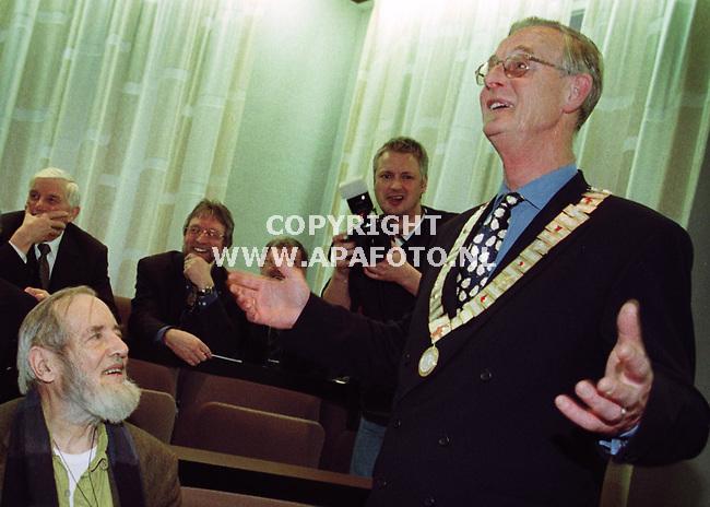 Barneveld,30-03-99  Foto:Koos Groenewold<br />Alsof hij zojuist een olympische medaille kreeg omgehangen toont de burgemeester van Barneveld zijn nieuwe vrouwvriendelijke ambtsketting.