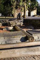 traditionelle Holzwasserleitung mit Pumpe in Oberstdorf im Allgäu, Bayern, Deutschland<br /> traditional wooden waterpipe and pump in Oberstdorf, Allgäu, Bavaria,  Germany