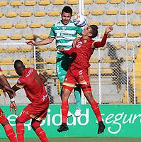 BOGOTÁ - COLOMBIA, 16-09-2018:Francisco Najera (Izq.) jugador de La Equidad  disputa el balón conDaniel Munoz (Der.) jugador del Rionegro durante partido por la fecha 10 de la Liga Águila II 2018 jugado en el estadio Metropolitano de Techo de la ciudad de Bogotá. /Francisco Najera (L) player of La Equidad fights for the ball with Daniel Munoz (R) player of Rionegro during the match for the date 10 of the Liga Aguila II 2018 played at the Metropolitano de Techo Stadium in Bogota city. Photo: VizzorImage / Felipe Caicedo / Staff.