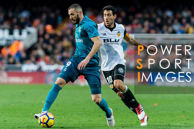 Karim Benzema of Real Madrid (L) fights for the ball with Daniel Parejo Munoz of Valencia CF (R) during the La Liga 2017-18 match between Valencia CF and Real Madrid at Estadio de Mestalla  on 27 January 2018 in Valencia, Spain. Photo by Maria Jose Segovia Carmona / Power Sport Images