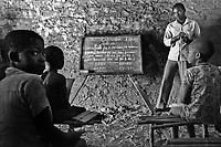 Con  l'indipendenza dal Portogallo nel 1975, notevole è stato lo sforzo del Mozambico per dare una scolarizzazione di base a tutti gli abitanti; l'analfabetizzazzione raggiungeva infatti il 90% della popolazione.<br />  Oggi la scuola primaria è stata portata in tutti villaggi, nonostante gli enormi disagi, con maestri e professori che affrontano ogni giorno notevoli sacrifici.