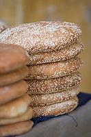 Afrique/Afrique du Nord/Maroc/Fèz: Médina de Fèz-El-Bali - Pile de pain chez le boulanger dans le souk
