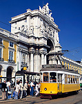 Portugal, Lissabon: Praça do Comércio - Straßenbahn Haltestelle vorm Arco da Rua Augusta   Portugal, Lisbon: Praça do Comércio: tram and Arco da Rua Augusta