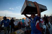 Carregadores carregam peixes no mercado do ver-o-peso.<br /> <br />  Belém, Pará, Brasil.<br /> <br /> PA, Data: 03/11/2012, Foto: Ana Mokarzel