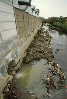 - pollutant ddraining into the river Olona....- scarico inquinante nel fiume Olona....