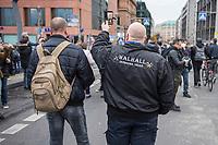 """Sogenannten """"Querdenker"""" sowie verschiedene rechte und rechtsextreme Gruppen hatten fuer den 18. November 2020 zu einer Blockade des Bundestag aufgerufen. Sie wollten damit verhindern, dass es """"eine Abstimmung ueber das Infektionsschutzgesetz"""" gibt - unabhaengig ob es diese Abstimmung tatsaechlich gibt.<br /> Bereits in den Morgenstunden versammelten sich ca. 2.000 Menschen, wurden durch Polizeiabsperrungen jedoch gehindert zum Reichstagsgebaeude zu kommen. Sie versammelten sich daraufhin u.a. vor dem Brandenburger Tor.<br /> Im Bild: Ein Rechtsextremist filmt die Demonstranten.<br /> 18.11.2020, Berlin<br /> Copyright: Christian-Ditsch.de"""