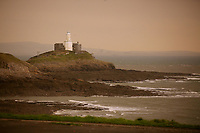 Pictured: An unusually orange cloud over Mumbles Lighthouse at the seaside village of Mumbles near Swansea, UK. Monday 16 October 2017<br />
