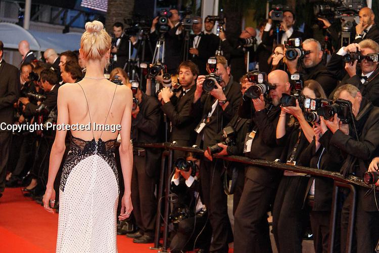 Aymeline Valade arrive sur le tapis rouge pour la projection du film 'Juste la fin du monde' lors du 69ème Festival du Film à Cannes le jeudi 19 mai 2016.