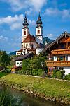 Deutschland, Bayern, Chiemgau, Landkreis Rosenheim, Aschau im Chiemgau: Kath. Pfarrkirche und Wildbach 'die Prien' | Germany, Bavaria, Chiemgau, Aschau im Chiemgau: parish church and mountain stream 'Prien'