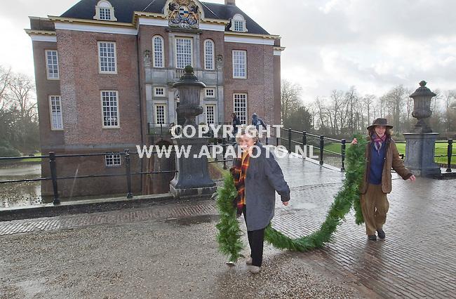 De Steeg 071211 Vrijwilligsters Pien van Lunzen (rechts) en Coosje Otma bezig met de kerstversiering van kasteel Midachten.<br /> Foto frans Ypma APA-foto
