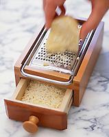 Gastronomie générale / Cuisine générale : râpe à fromage et parmesan