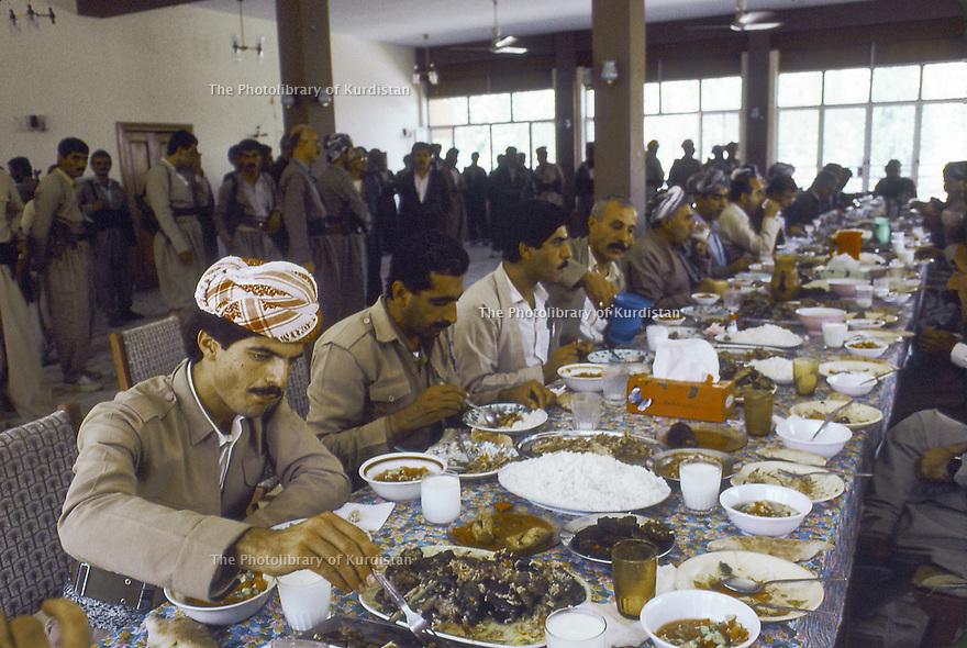 Irak 1991   Réunion du front du Kurdistan, le déjeuner a Shaklawa   Iraq 1991  Meeting of the Kurdish front, lunch time in Shaklawa