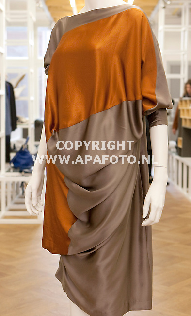 Arnhem 210910 Modewinkel Coming Soon<br /> Zijden jurk Klavers van Engelen<br /> Foto Frans Ypma APA-foto